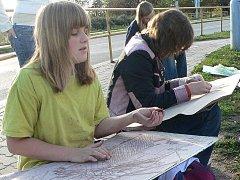 Žáci základní umělecké školy malovali pod širým nebem.