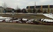 U nádraží vzniklo provizorní parkoviště.