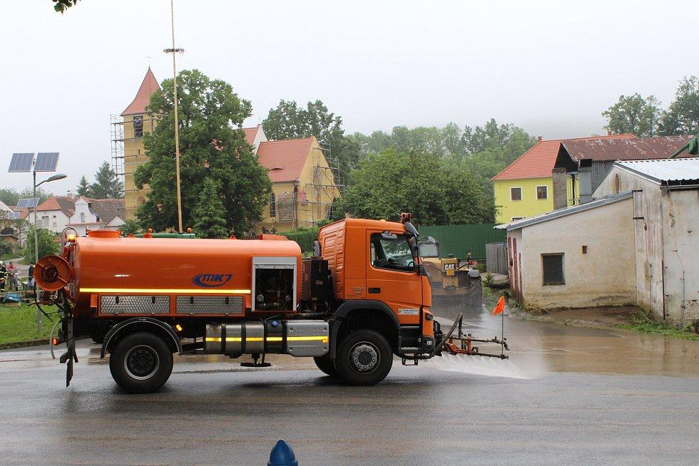 Přívalové deště přinesly ze čtvrtka 6. na pátek 7. června 2019 do Bílska velkou vodu a bahno.