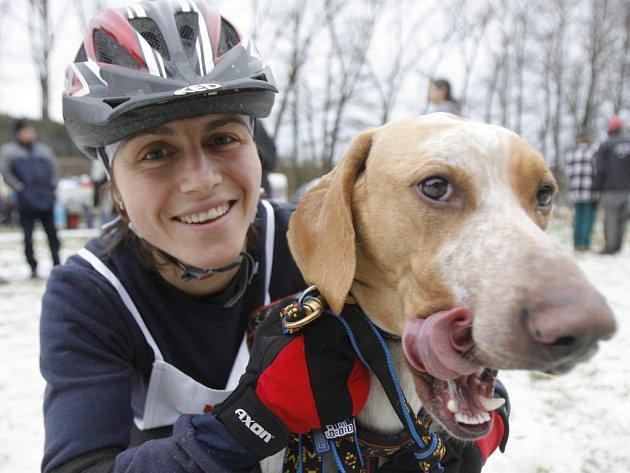 Martina Štěpánková z Jirkova u Chomutova se psem Pinkym.
