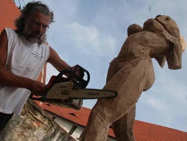 Tvorba jedné ze soch, které se objeví v ulicích Strakonic.