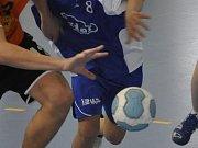 Remízou s Brnem vstoupili do čtvrtfinále domácího poháru národní házenkáři Krčína (v tmavém). Na rozdíl od svého soupeře však do dalších pohárových bojů nepostoupili.