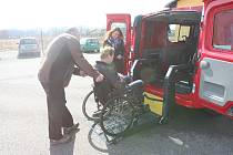 Obyvatelé domovů pro seniory čeká větší pohodlí při cestování. Ubude ale i dřina pro pečovatelky.