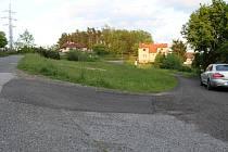 Kvůli této neopravené cestě se dostal spor starosty Jiřího Bláhy a Jan Grešáka z Bezdědovic až k soudu.