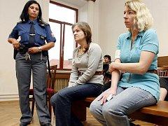 Renata Kadlecová (vlevo) půjde do vězení na 15 let,  Jana Kukačková na 14.