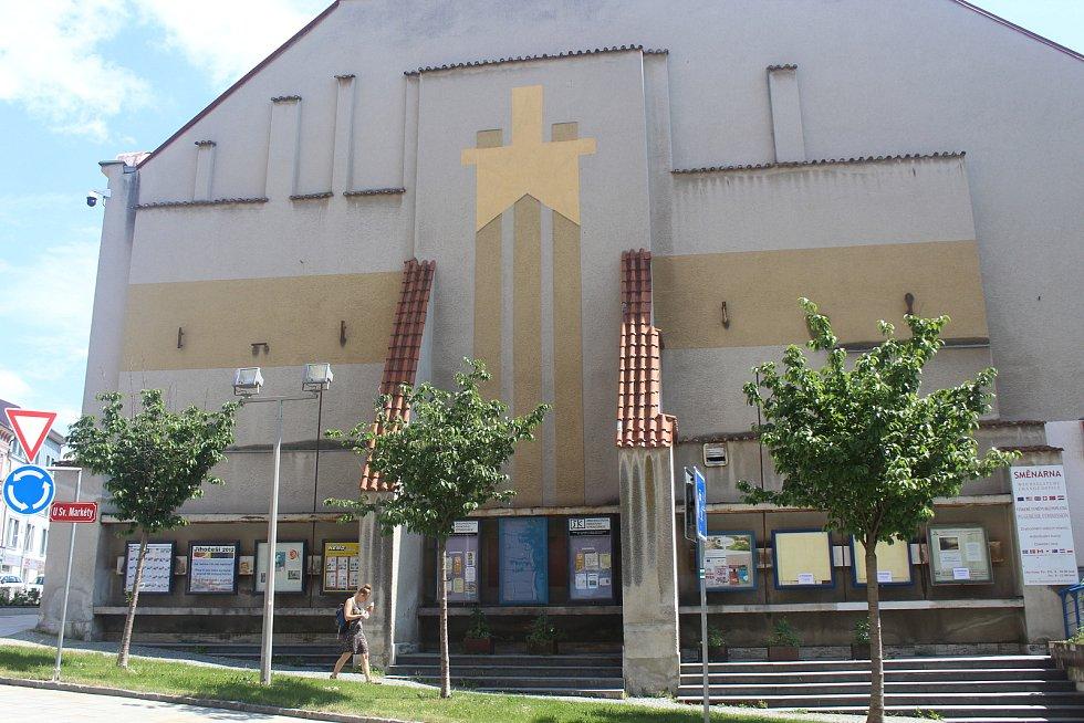 Štít budovy bývalé restaurace U Švehlů. Před listopadem 1989 na něm zářila komunistická hvězda, jejíž obrysy jsou znatelné ještě dnes. Ovšem mnohem méně půvabné jsou informační skříňky v jeho spodní části.