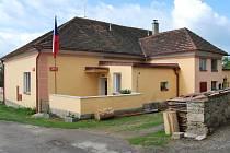 Škola v Hošticích u Volyně byla před lety v majetku JZD. Nyní slouží jako domov a penzion. Foto: