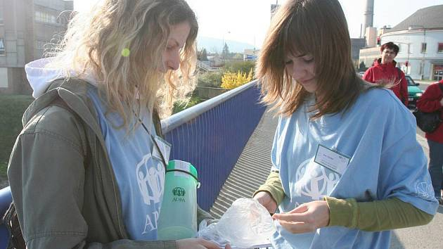Na mostě Jana Palacha jsme ve středu 20. dubna dopoledne s kasičkou zastihli Barboru Adlerovou a Janu Kvardovou, obě ze strakonického gymnázia.