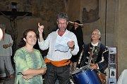 V kapitulní síni strakonického hradu se v pondělí 16. července uskutečnila vernisáž výstavy dud holandského dudáka z hudební skupiny Hailander.