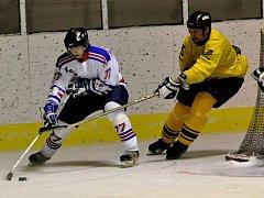 Hokejisté Dioritu (ve žlutém) otočili utkání proti Horažďovicím a vyhráli 7:5. Nyní jsou v tabulce druzí.