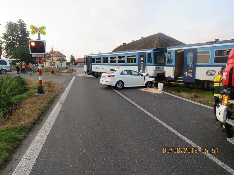 Srážka auta s vlakem V Tchořovicích v roce 2019 se obešla bez zranění.