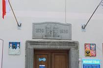 V zasedací síni městského úřadu probíhá od 2. do 7. října burza obnošeného šatstva.