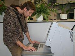 V hale je možné nabídku volných míst hledat i pomocí počítače. K dispozici jsou ale i rozvěšené na nástěnkách.