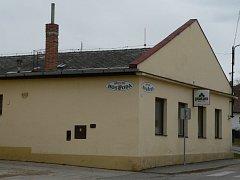 Objekt současné hospody v Chelčicích je už v dezolátním stavu. Změnit by to měla rozsáhlá rekonstrukce za téměř 15 milionů korun, které chce obec získat z ministerstva zemědělství.