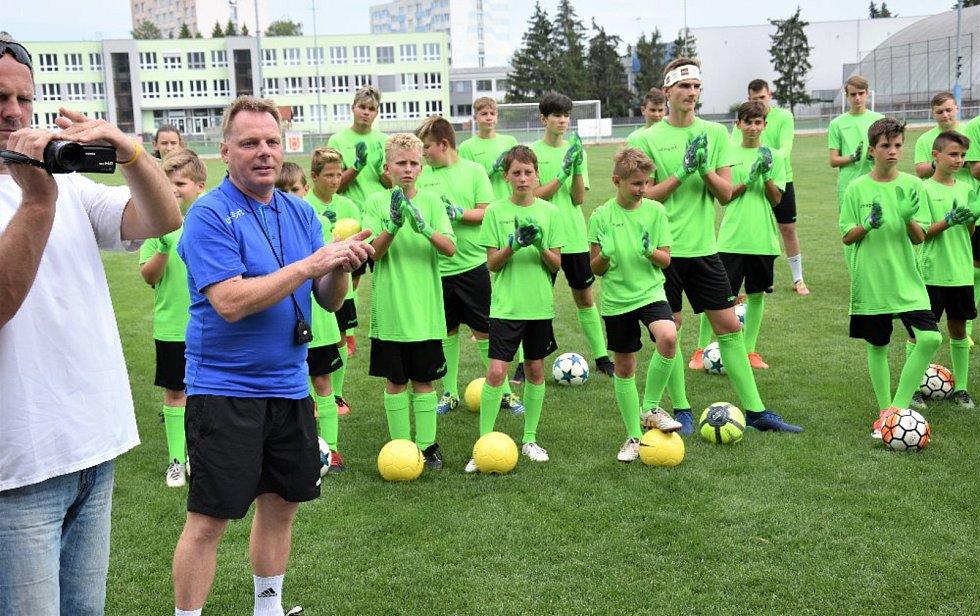 Kempu fotbalových gólmanů se pravidelně účastní mladí brankáři z celého kraje.