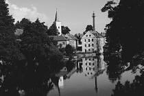 Střelské Hoštice - zámek i řeka