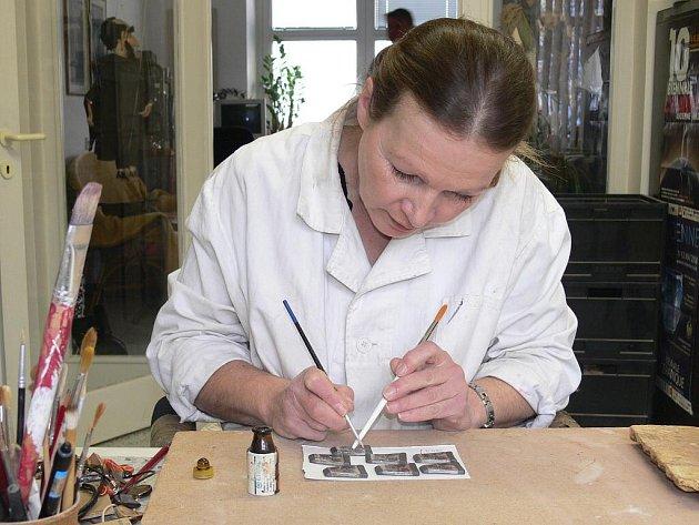 Miloslava Laiblová při glazování keramických knoflíků