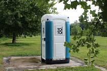 Na cirkus place je nyní pouze mobilní WC.