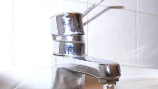 V případě umístění pračky v blízkosti umyvadla nebo kuchyňského dřezu lze pro odtok využít jednoho společného sifonu s odbočkou.
