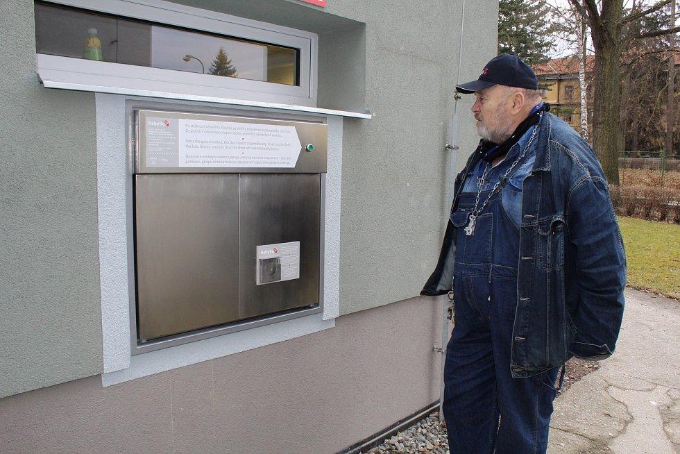 Nový babybox ve strakonické nemocnici. Na snímku je duchovní otec babyboxů Ludvík Hess.