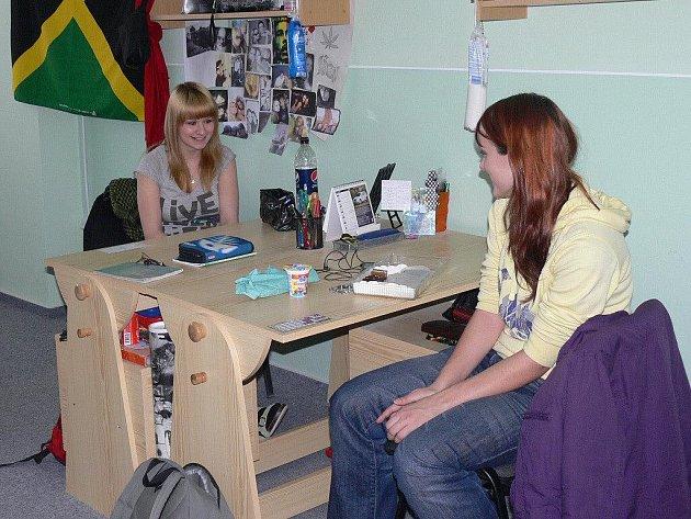Tereza Nebesová a Julie Robová ve svém pokoji na internátu ve Volyni.