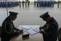 Plukovník Jaroslav Ackermann (vlevo) a plukovník Ján Sedliačik (vpravo) podepisují protokol o předání a převzetí funkce velitele útvaru.