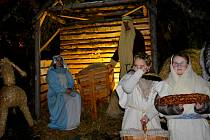 Na Živý betlém v obci Cehnice se přišli podívat lidé nejen z obce. Domů si pak odnesli kromě sváteční nálady i betlémské světlo.