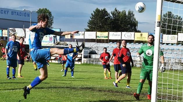 Hokejisté Strakonic remizovali ve fotbale s béčkem Junioru 2:2. Penalty vyhráli fotbalisté.