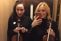 Houslistka Bernardeta Bučoková (vpravo) a violistka Alena Svobodová byly členkami orchestru, který hrál při udílení Cen Paměti národa v Národním divadle.