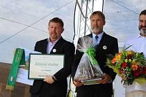 Místostarosta Milan Koubovský (vlevo) a starosta Luboš Peterka převzali v Čejeticích ocenění Zelená stuha za péči o zeleň.