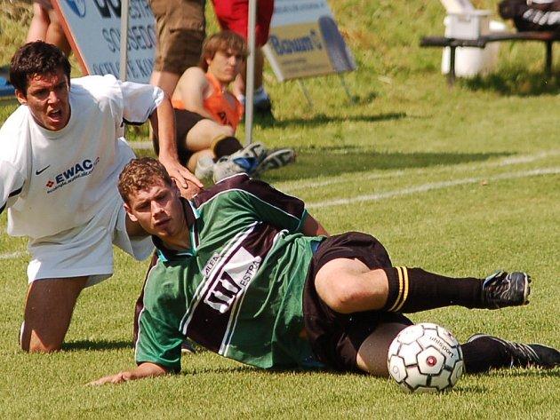 Fotbalisté Sousedovic nestačili na Zliv. Na snímku vlevo Ira v souboji s Mrázem