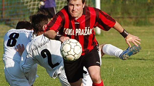Pražák porazil ve 20. kole okresního přeboru v derby Chelčice 3:0 (2:0). Dva góly vstřelil Tondr, který na snímku uniká Valentovi a Píchovi.