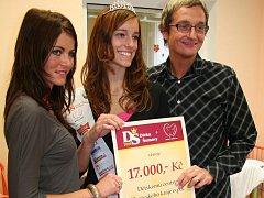 Ředitel dětského centra Martin Karas na snímku s Janou Chodovou a manažerkou soutěže Dívka Šumavy  Pavlínou Brunclíkovou (vlevo).