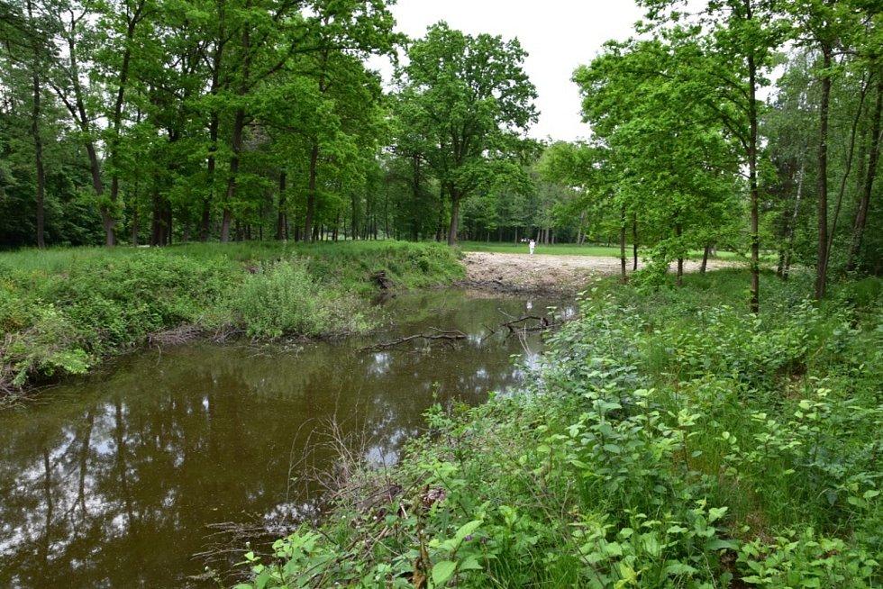 Upravená část řeky Otavy pod malou vodní elektrárnou v Zátaví.