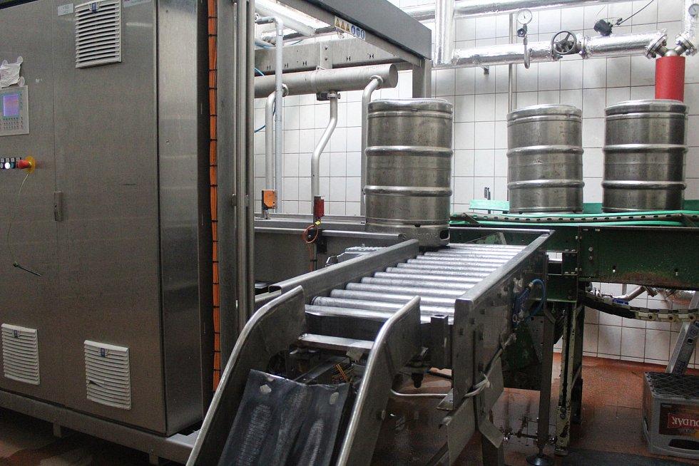 Sudová stáčírna myje a plní více než 70 sudů za hodinu. Během zimních měsíců poklesly prodeje sudového piva o více než 80 %. Během dubna už prodeje sudového piva postupně mírně narůstají a s ohledem na budoucí rozvolnění se plní i sklad.