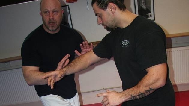 Své bojové umění předváděl ve Strakonicích Ondřej Musil (vlevo).
