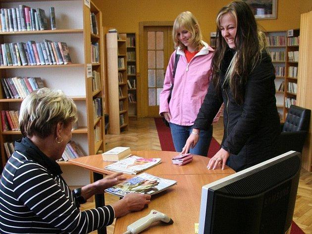 Nový vzhled a uspořádání knihovny si chválí i stálé čtenářky Veronika Holá a Daniela Kitnerová.
