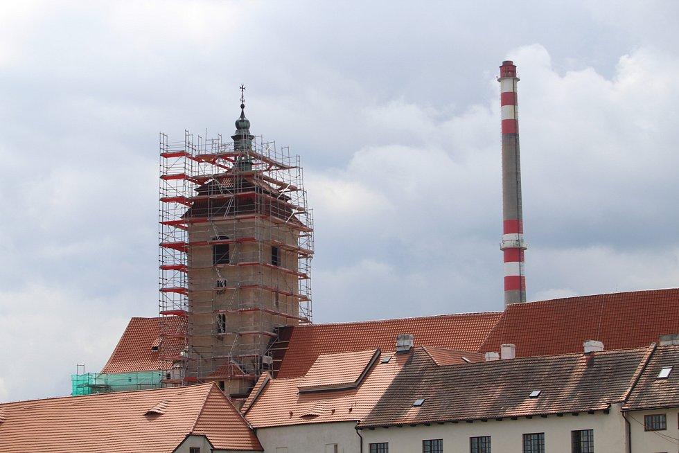 Kostel sv. Prokopa ve Strakonicích halí lešení.
