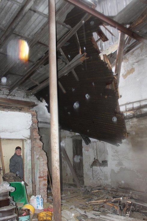 V Hodějove zničila bouře střechu na hale se senem.