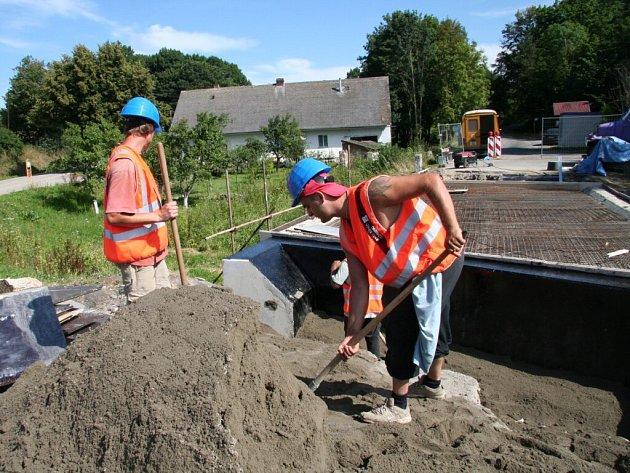 V těchto dnech dělníci radkovický most čiští a mají zahájit betonáž desky. Během září už by měl být v provozu.