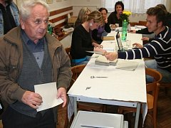 Volební místnost v Černěticích.