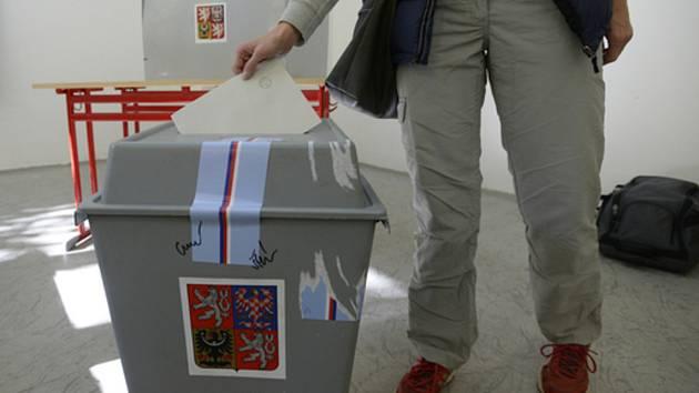 Zástupci politických stran usednou k jednomu stolu a proberou volby do strakonického zastupitelstva. Ilustrační foto.