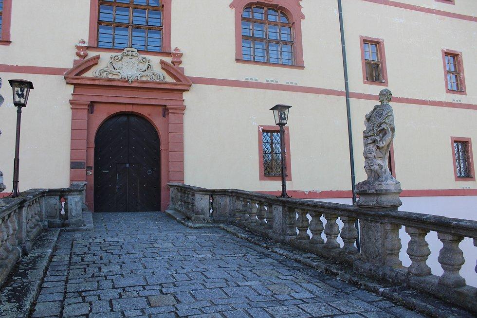Barokní zámek Lnáře.