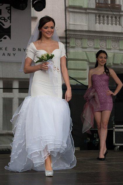 Foto 6: Eva Kolářová zVodňan vystudovala studijní obor Modelářství a návrhářství oděvů na střední výtvarné škole vPísku, kde se naučila vše potřebné pro navrhování a vznik šatů.