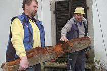 V některých místech museli pracovníci stavební firmy vyměnit i pozednice krovu, které byly ztrouchnivělé.