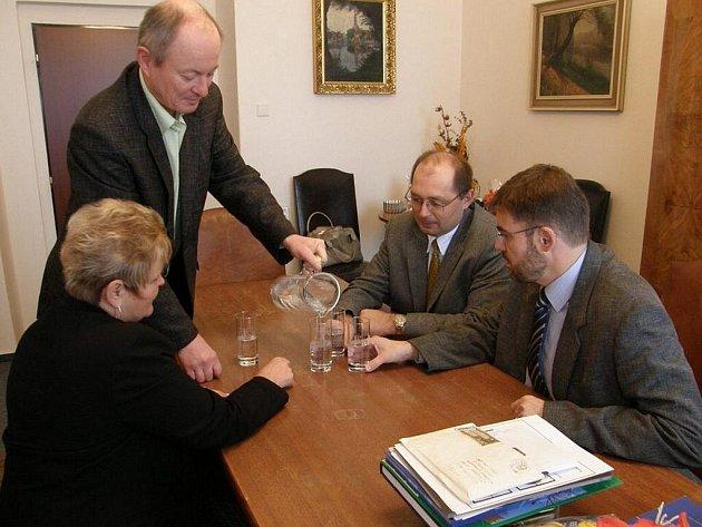 Na radnici pijí vodu z kohoutku.
