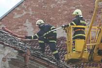 Padlé stromy v ulici Dukelská a zásah hasičů v ulici Lidická