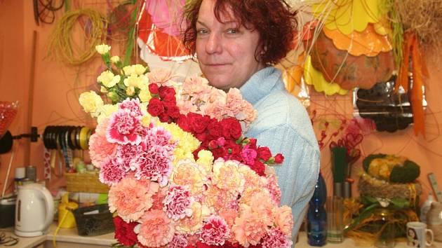 Svátek žen se vrací. Podle květinářky Markéty Holé (na snímku) jsou karafiáty stále v oblibě.