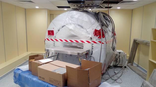 Magnetická rezonance ve strakonické nemocnici čeká na své zapojení.