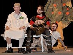 Herci Nového divadla nacvičují Květ zapomnění.